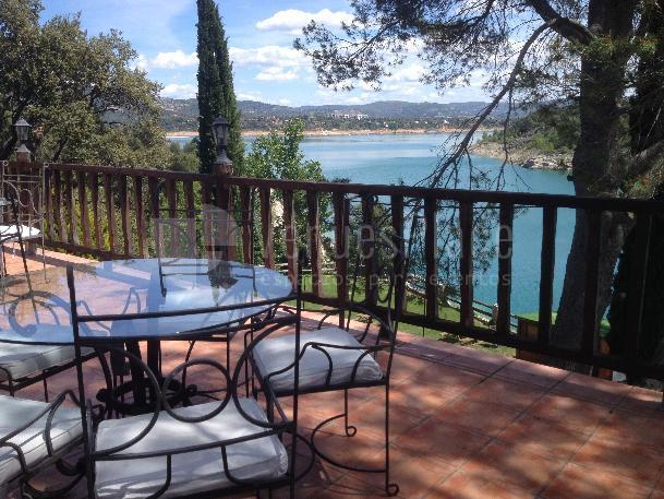 Disfruta de la terraza con unas vistas espectaculares en el Hotel Isla Entrepeñas