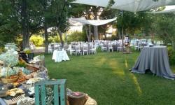 Montaje mesa buffet y mesas en el jardín