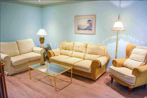 Mesa de trabajo con sofás en Sercotel Horus Zamora