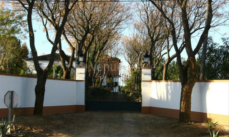 Entrada en Cerros Bravo Apartamentos