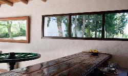 Mesas madera en Cerros Bravo Apartamentos