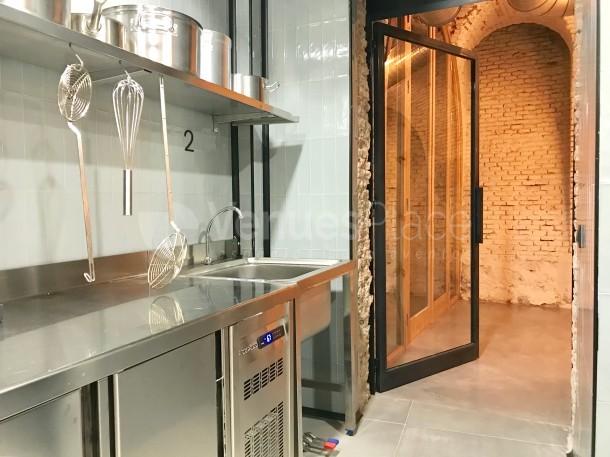 Puerta desde la cocina a la sala de eventos en Food Lab