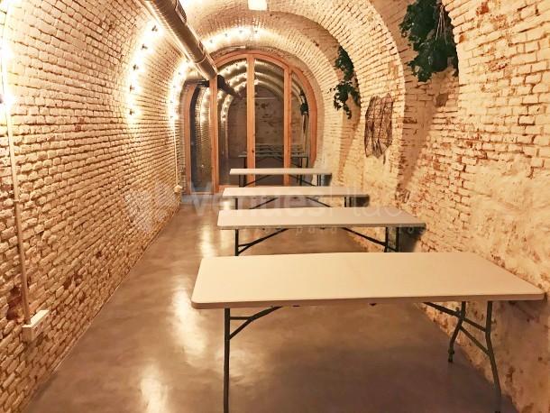 Espacio para eventos con mesas blancas