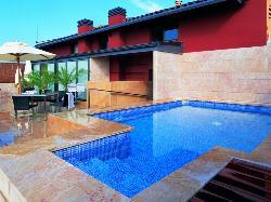 Terraza con piscina en Hotel Astoria