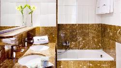 Habitaciones con baños amarmolados y decoració cuidada en Hotel Astoria