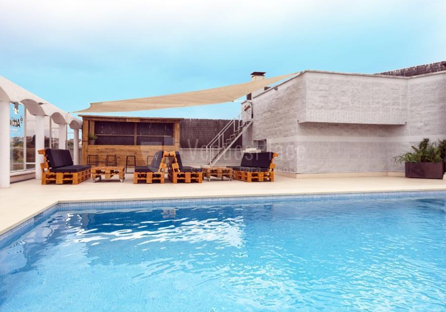 Exterior 1 con piscina en Attic Studio