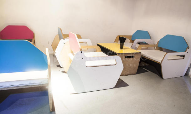 Interior con mesas y butacas Xtralrge