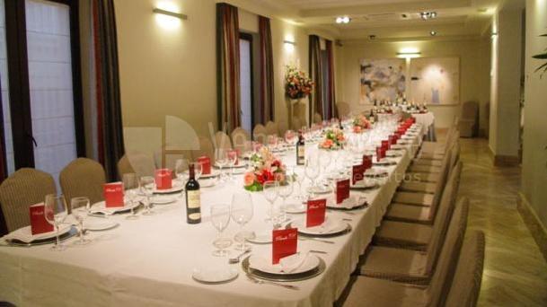 Salón montaje mesa imperial para grupos y eventos de empresa en Restaurante Pando Cuna