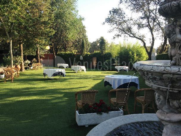 Amplio jardín donde celebrar tu evento de empresa, boda o comunión en Restaurante el Torreón del Pardo