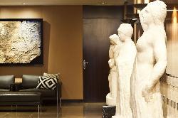 Interior con colección de arte en Hotel Derby 4*