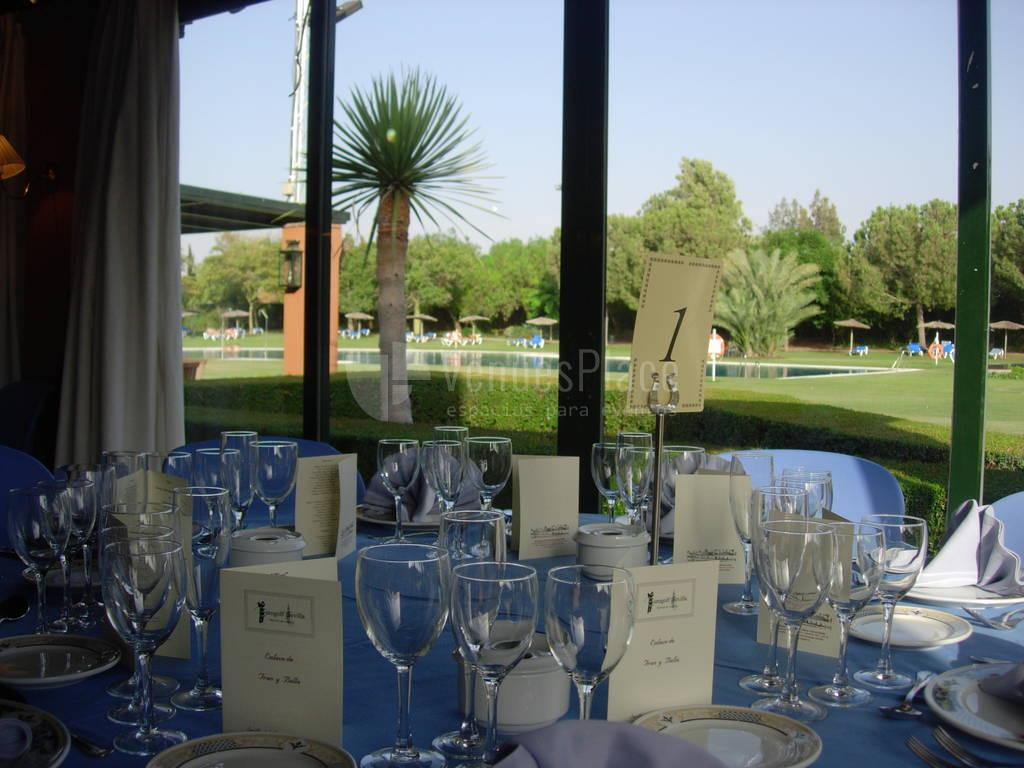 Interior con vistas al campo de golf para eventos de empresa y celebraciones privadas en Real Club de Sevilla Golf (Catering ACS)