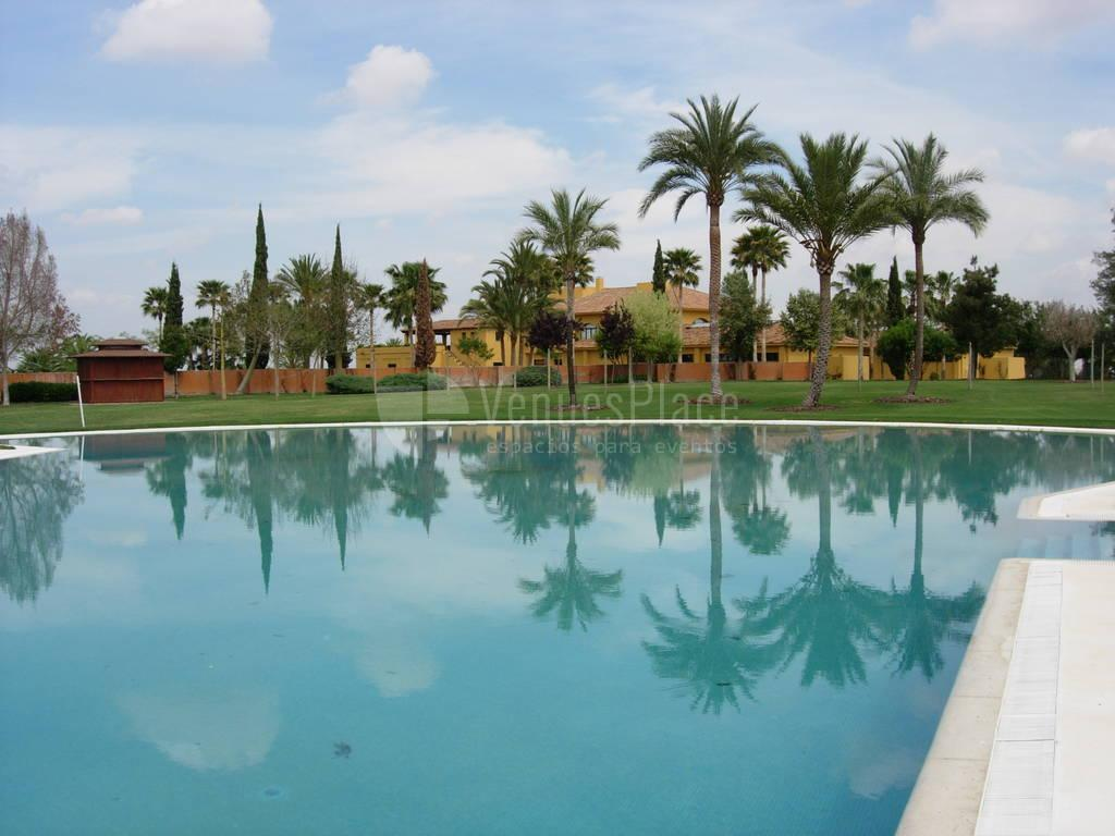 Gran piscina para tus eventos en Real Club Sevilla Golf