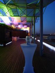Deatalle mesas cocktail en terraza 10ª de noche