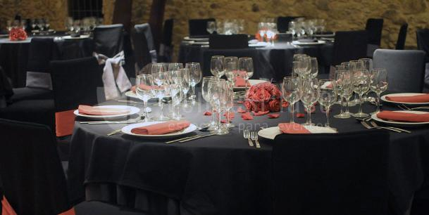 Detalle del montaje de mesas de la Masía Mas LLombart
