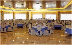 Montaje de mesas para banquete en Hotel Scala