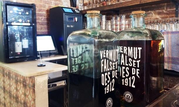 La barra y garrafas de vermuth artesano reserva