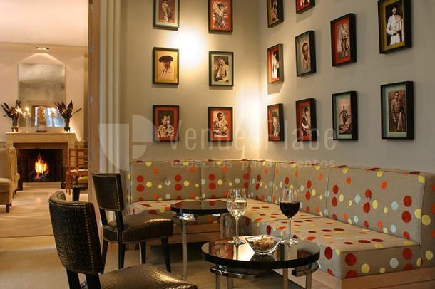 Decoración elegante y cuidada en  el Restaurante La Fábula