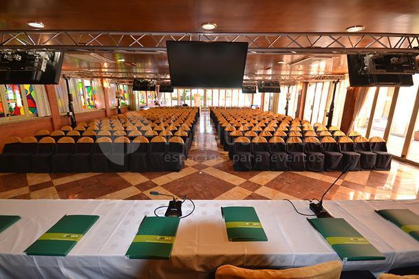 Montaje teatro para eventos de empresa en SOL I VI
