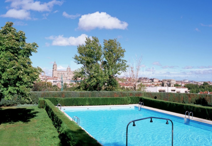 Piscina exterior en Parador de Salamanca