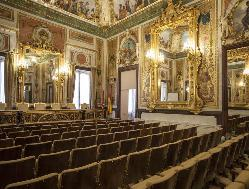 Salón de actos para conferencia en Palacio de Santoña