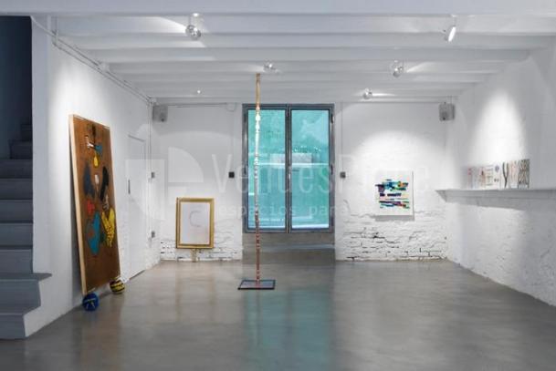 Sala de exposiciones estilo urbano para tu evento o presentación en Meeatings23
