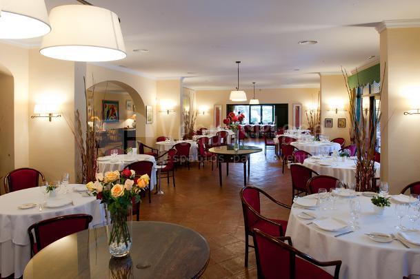 Amplios salones para celebraciones familiares en el Restaurante Les Marines