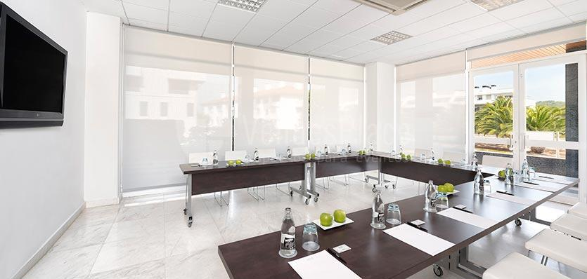 Sala Catalunya con montaje en formato U en el Hotel Meliá Sitges / Catalunya's room with montage in U format at Hotel Meliá Sitges