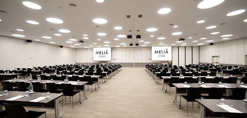 Sala Tramuntana con montaje en formato escuela en el Hotel Meliá Sitges / Tramuntana room with montage in school format at Hotel Meliá Sitges
