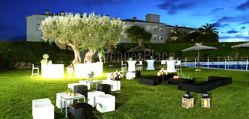Zona chill out en el jardín del Hotel Meliá Sitges / Chill Outarea at garden of Hotel Meliá Sitges.