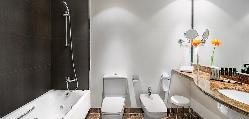 Baño de la habitación doble en el Hotel Meliá Sitges / Double room bathroom at Hotel Meliá Sitges