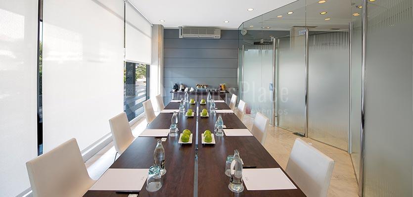 Sala Lleida con montaje de mesa de trabajo en Hotel Meliá Sitges / Lleida's room With working table mounting at Hotel Melià Sitges