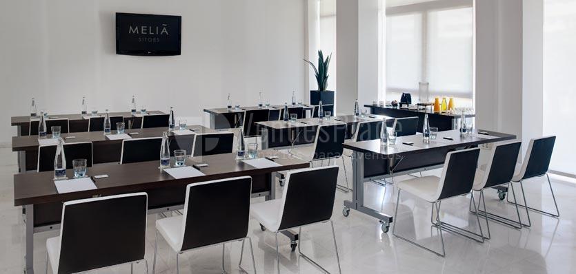 Sala Barcelona con montaje en montaje escuela en el Hotel Meliá Sitges / Barcelona's room awith montage in school format at Hotel Meliá Sitges