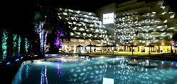 Piscina exterior iluminada de noche en el Hotel Meliá Sitges / Outdoor pool lit at night at Hotel Meliá Sitges