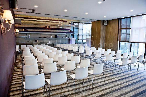 Montaje en teatro. Eventos de empresa cuidando los detalles en Retamares casino club de golf suites