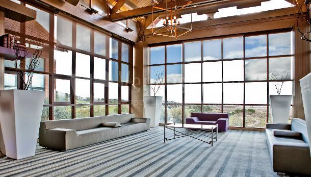Amplias zonas para disfrutar en Retamares casino club de golf suites