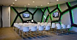 Montaje en teatro. Eventos de empresa cuidando los detalles en Retamares Events Suites & Golf