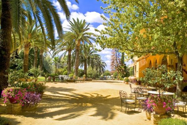 Jardines entorno a la casa principal en Cortijo de Arenales