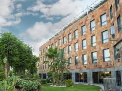Fachada y jardín en Hotel Ribera de Triana
