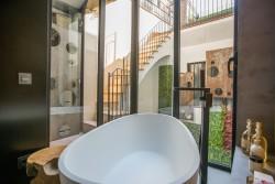 Bañera exenta en habitación suite con vistas a patio interior