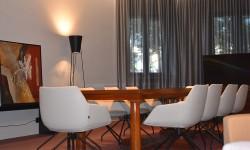 Sala de reuniones con capacidad para 14 personas, iluminación natural y equipamiento audiovisual