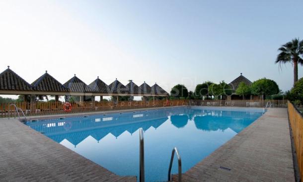 Amplia piscina en Parador de Carmona