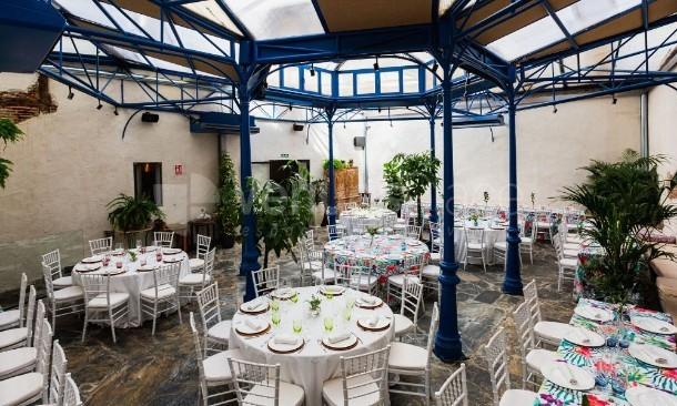 Salón con mesas Antigua Champanería