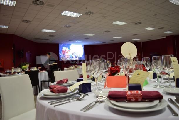 Salón de actos adpatado a comidas y cenas de empresa