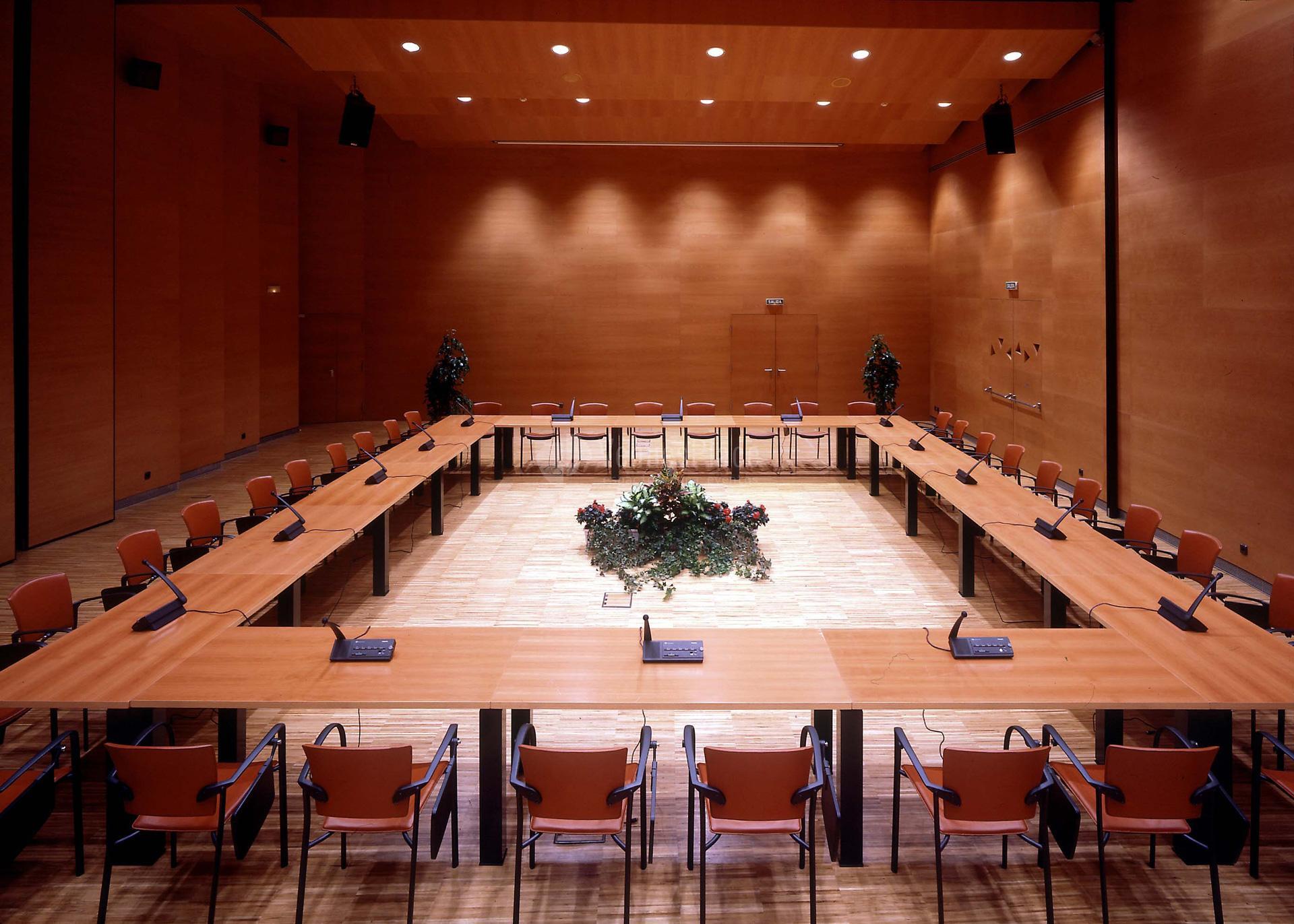 Montaje en cuadrado sala A3 en el Palacio Euskalduna eventos de empresa únicos.