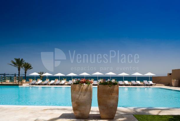 Vista de la piscina junto al mar Hotel Guadalmina Spa & Golf Resort  *****