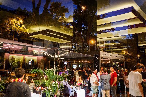 Disfruta de nuestra terraza en un cocktail en Seven and Six