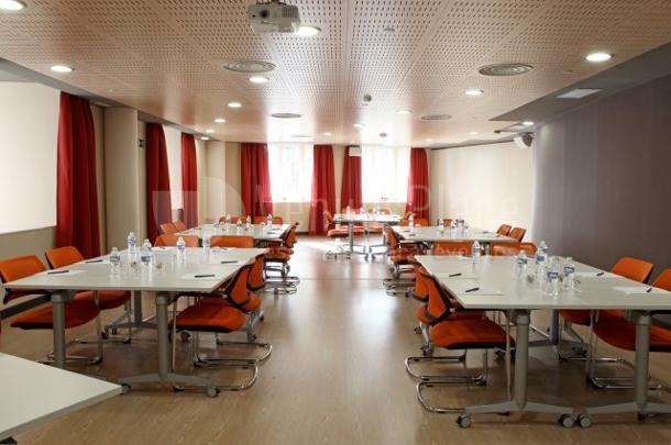 Sala reunión con luz natural y montaje en cabaret en Euroforum Palacio de los Infantes