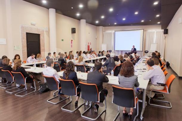 Sala reunión con luz natural y montaje en U concéntrica en Euroforum Palacio de los Infantes