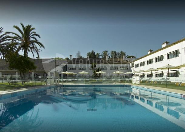 Amplia piscina para tus eventos de empresa en Parador de Antequera