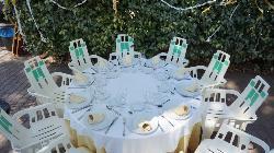 Montaje mesa para banquete en El Hotel Rural el Jardín